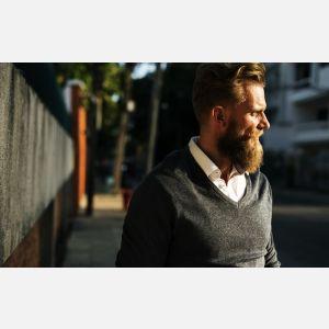 Sportowa elegancja dla mężczyzn - jakie swetry i bluzy męskie wybrać?